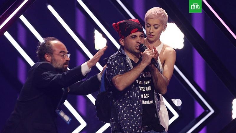 Выступление певицы на Евровидении прервал внезапно появившийся на сцене мужчина
