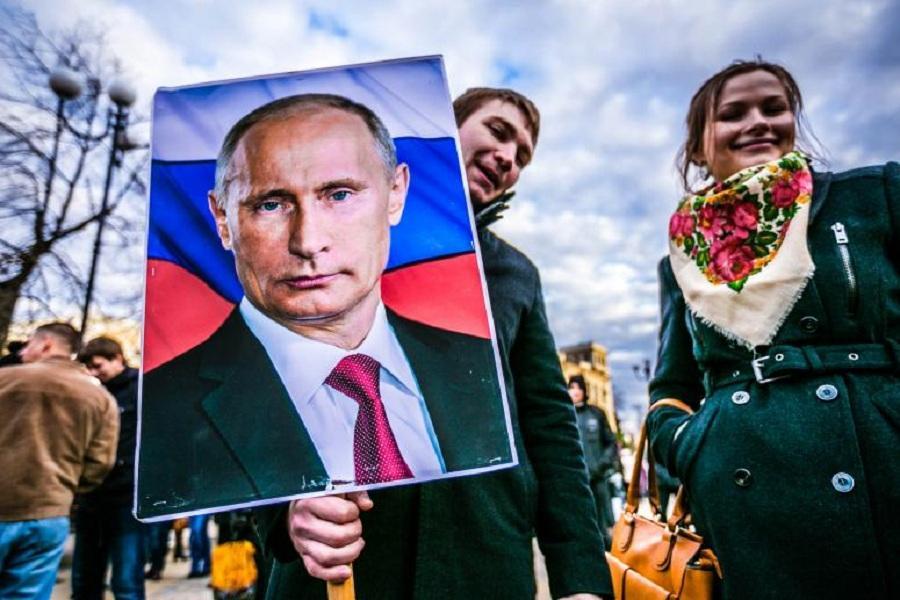 Народ с плакатом Путина