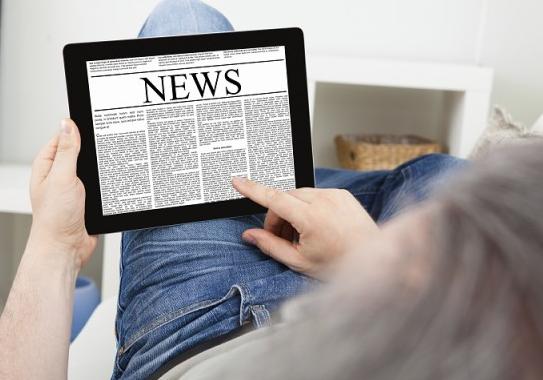 человек читает новости