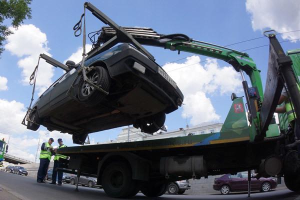 В Москве эвакуатор забрал автомобиль вместе с двумя детьми