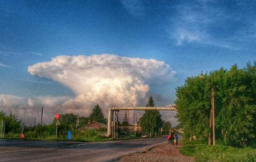 Кузбассовцы напуганы необычным природным явлением: в небе застыло облако, похожее на «гриб» от ядерного взрыва
