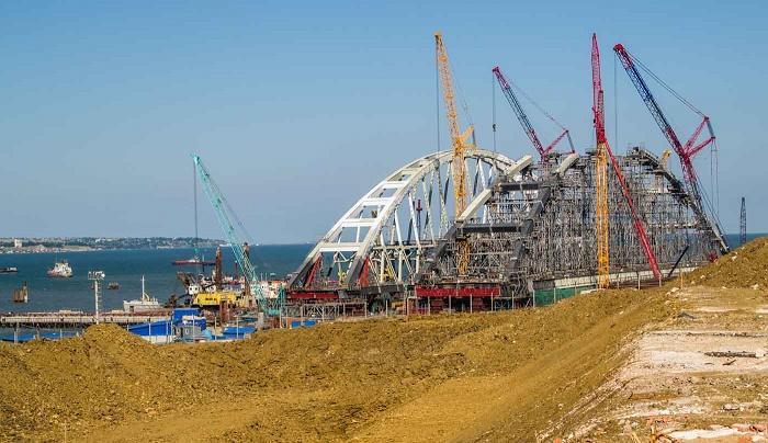 С Керченского моста в море упал автобус с двадцатью строителями