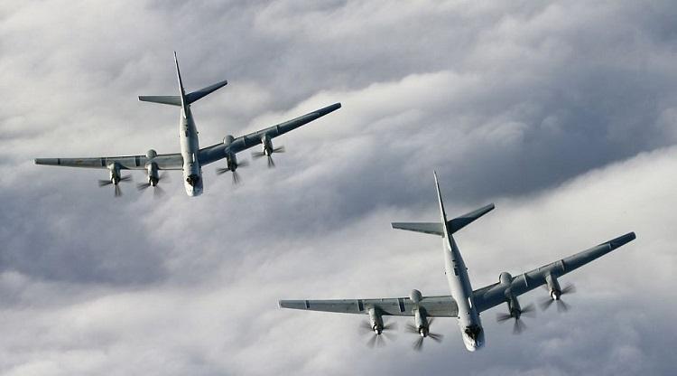 F-22 против Ту-95: появились кадры, как ВМС США «ловили» российские бомбардировщики возле Аляски