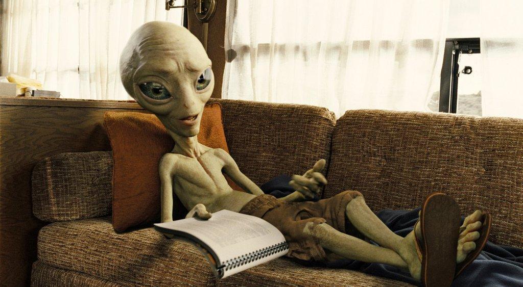 Он тут: мужчина показал фото пришельца в собственном доме