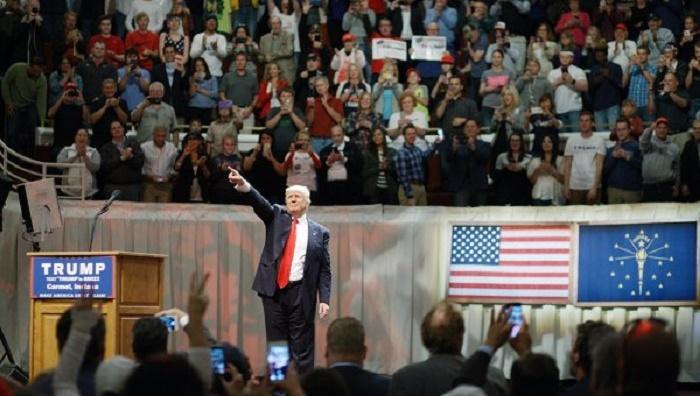 Вовремя выступления Трампа вОгайо мужчина развернул флаг СССР