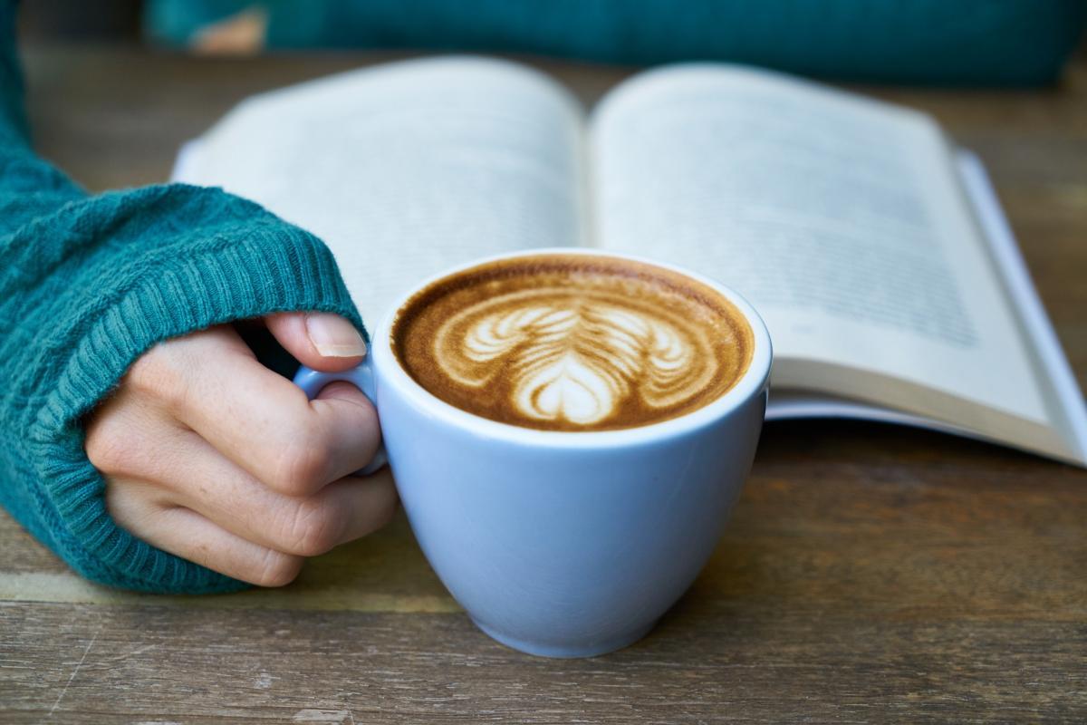 Растворимый кофе с молоком: в чем кроется польза и вред популярного напитка