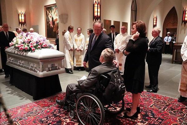 Трамп проигнорировал чету Клинтонов на похоронах Буша-старшего и отказался читать молитву