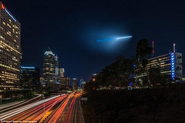 Вереница НЛО пролетела в ночном небе над Лос-Анджелесом