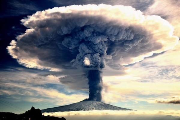 Над извергающимся вулканом Колима зафиксировали уже второй НЛО