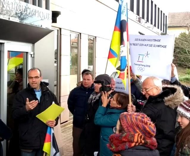 Немецкие активисты спели «Катюшу» в штаб-квартире CAS