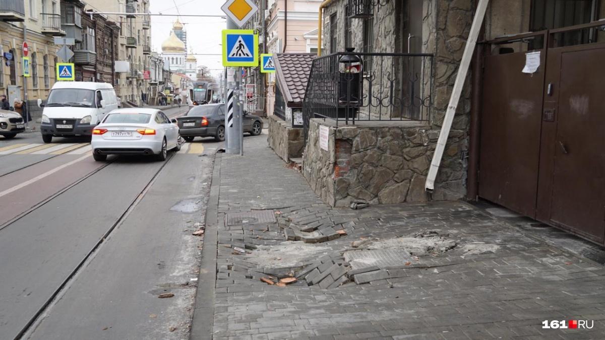 В центре Ростова-на-Дону из-за сильного ливня провалилась пешеходная зона