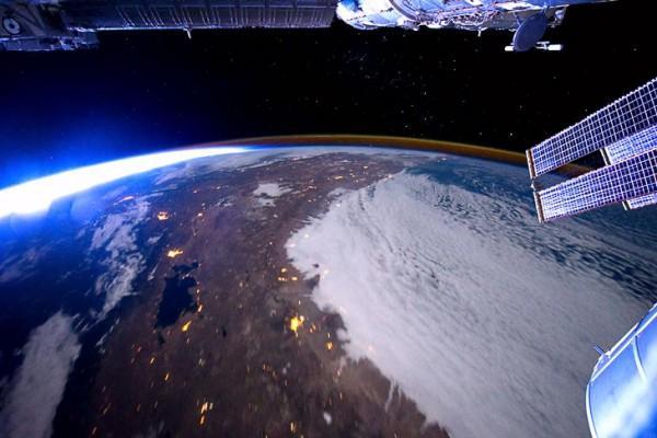 Камера МКС зафиксировала крупный НЛО, двигающийся к Земле