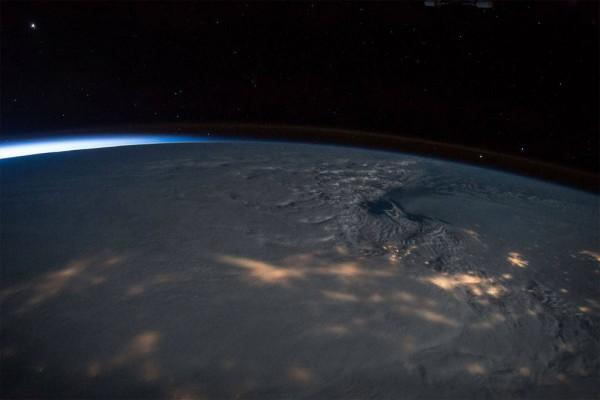 НАСА: Солнечные бури вызывают на Луне искры, плавящие поверхность