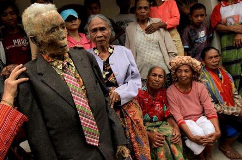 Жуткие обряды и мертвецы Тораджи
