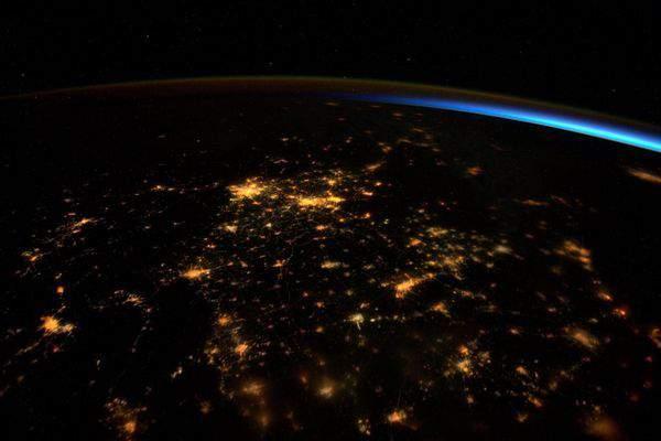 Загадочное свечение Земли показанона фото НАСА