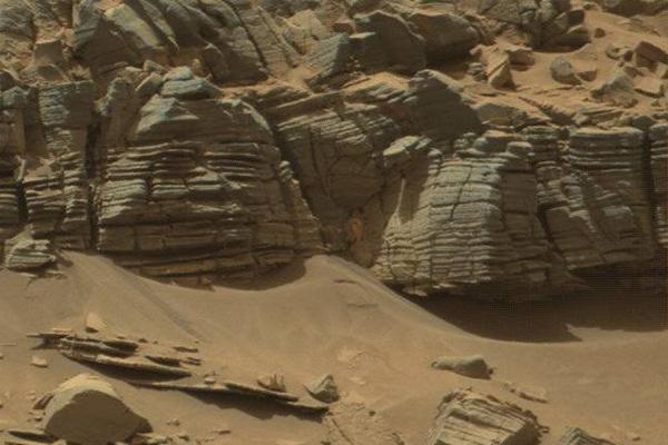 Марсоход Curiosity сфотографировал на Марсе статую с ручкой в руке