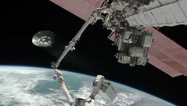 Огромный инопланетный корабль промчался мимо МКС – уфологи