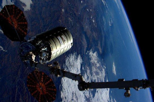 Космический корабль «Красный Дракон» рядом с МКС заставляет НАСА «вскрыть карты»