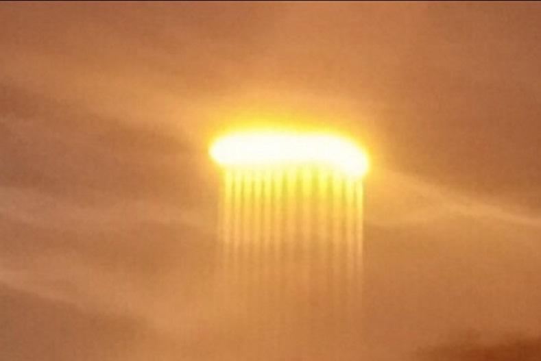 Горящий шар пронзил лучами реку: очевидцы из США сфотографировали загадочное явление