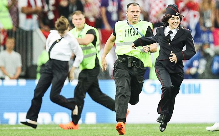 Участница Pussy Riot 30 секунд бегала по Лужникам вместе с футболистами Хорватии и Франции на ЧМ-2018