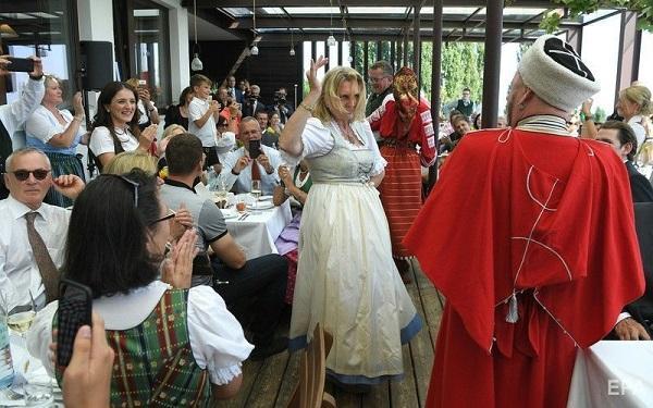 Директор казачьего хора рассказал, как артисты из РФ расшевелили гостей свадьбы главы МИД Австрии