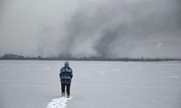 В Кемеровской области горку покрасили толстым слоем белой краски, чтобы спрятать грязный снег
