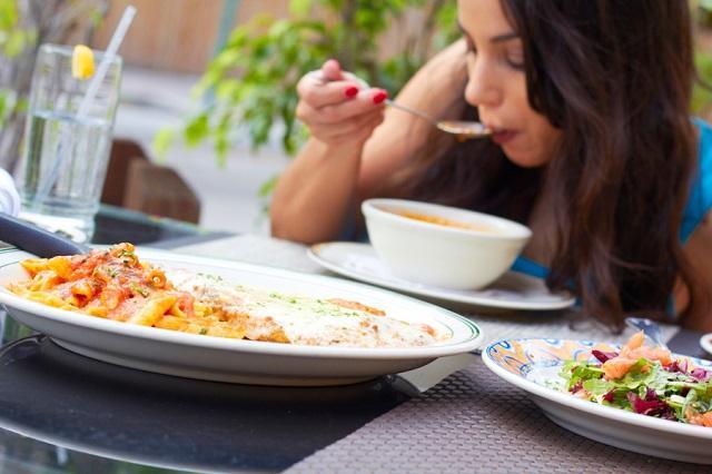 Диетологи рассказали, почему нужно принимать пищу по часам и как это правильно делать