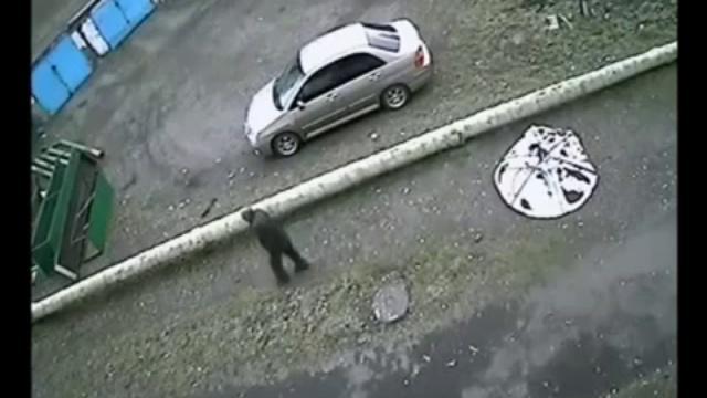 В сети появилось видео, как «летающая тарелка» свалилась с небес на проезжую часть