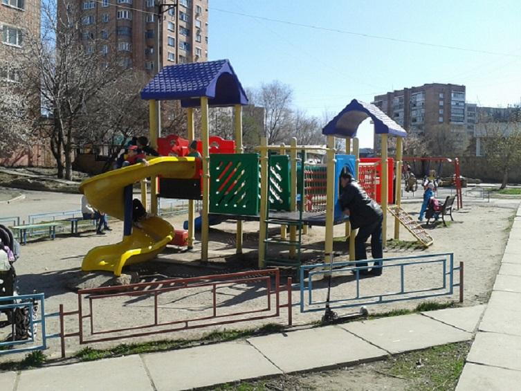 В Краснодарском крае автомобиль протаранил игровую площадку, пострадали дети