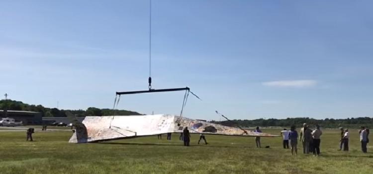 Самый большой бумажный самолет подняли в воздух в США