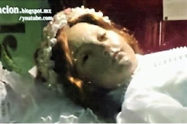 300-летняя мумия девочки моргнула, напугав посетителей собора в Мексике