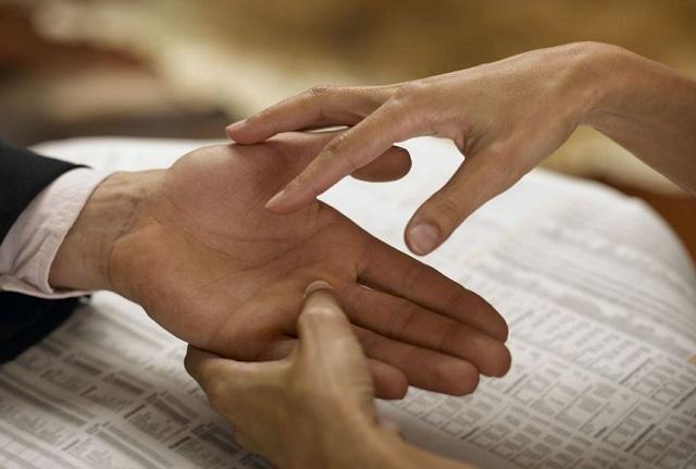 Что о характере мужчины может рассказать его рука, поведали эксперты