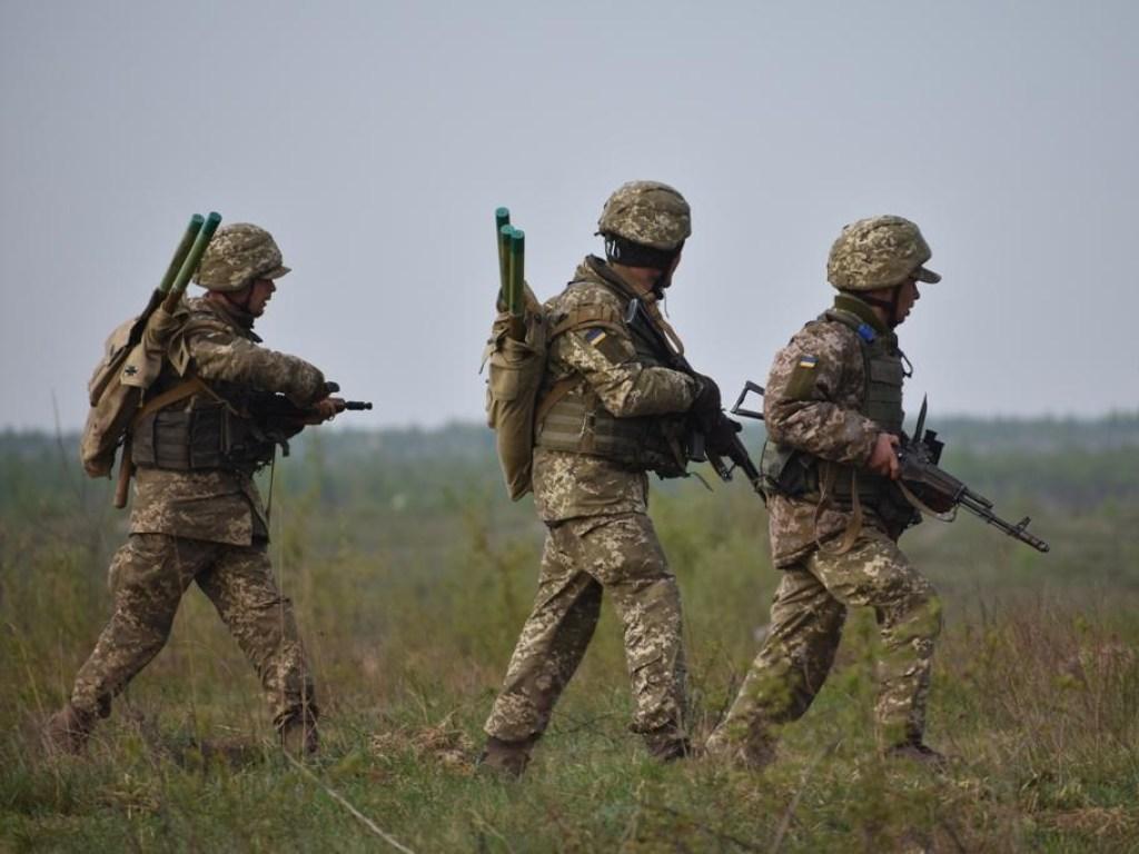 Украинские силовики массово покидают позиции в Донбассе – военкоры