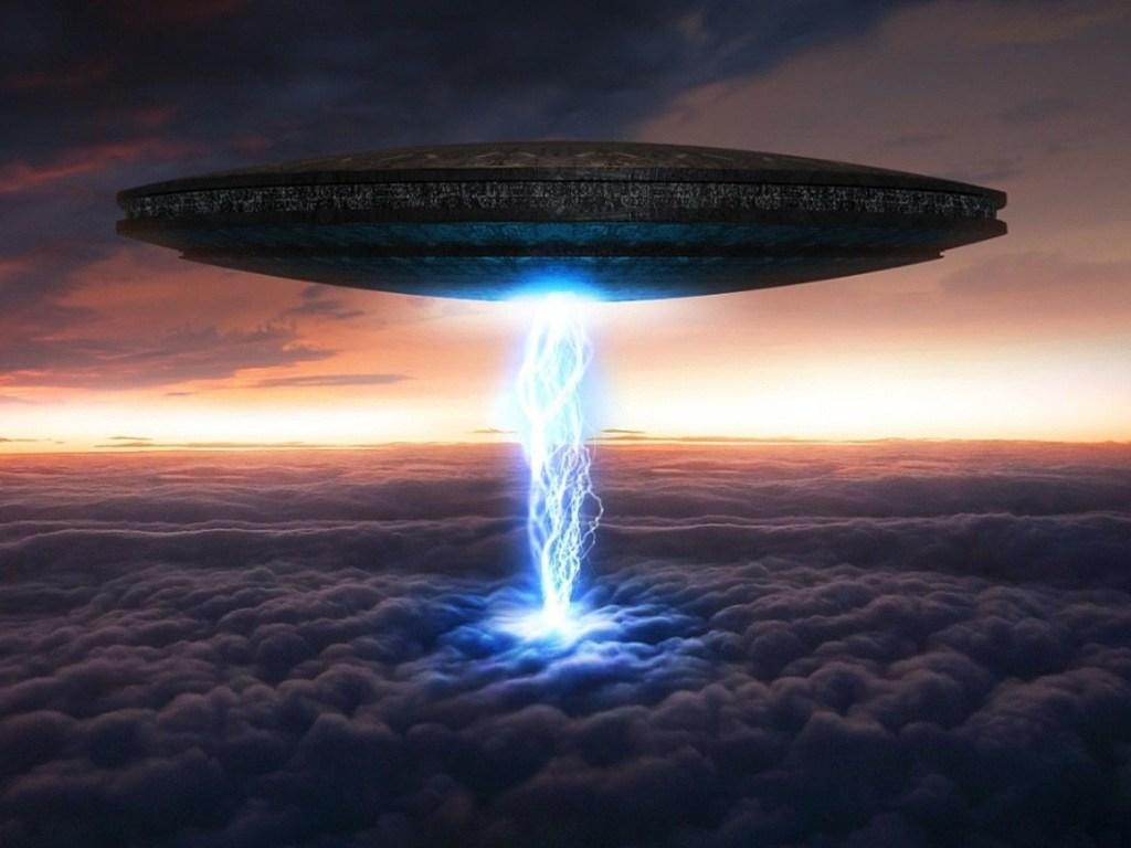 Инопланетяне неожиданно вспыхнули в воздухе, изумив своими трюками экипаж самолета