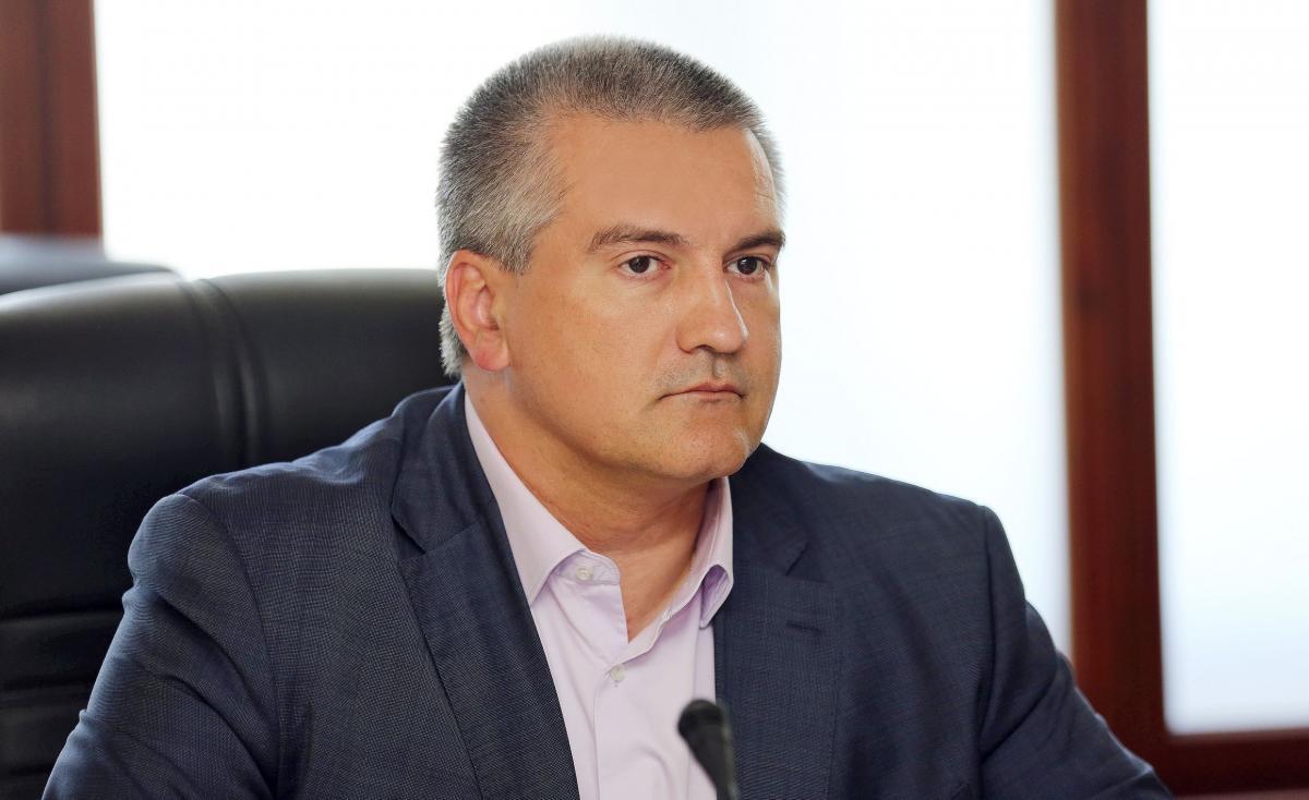 Аксенов считает необходимым ввести вооруженную охрану в школы