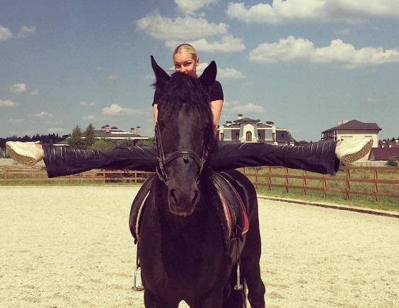 Анастасия Волочкова села на шпагат в Цуме Москвы