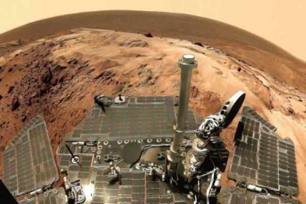 Уфолог: Осколки породы или маленькие насекомые на Марсе?
