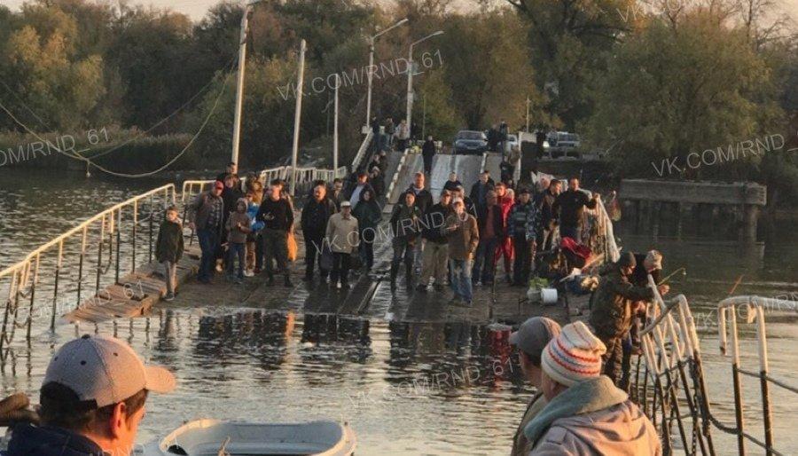 ЧП в Ростове-на-Дону: затонула часть понтонного моста, люди оказались отрезанными от берега
