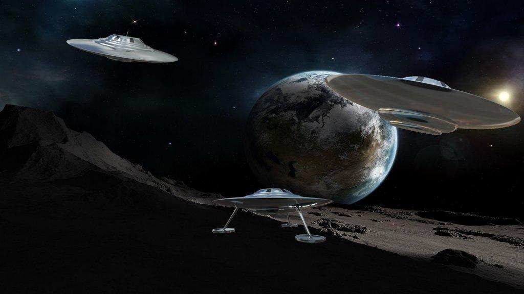 Луна во власти пришельцев: огромные НЛО стремительно «атакуют» спутник Земли