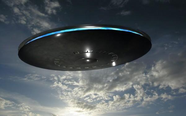 Пришельцы вскружили в небе в день королевской свадьбы: замечен странный инопланетный корабль