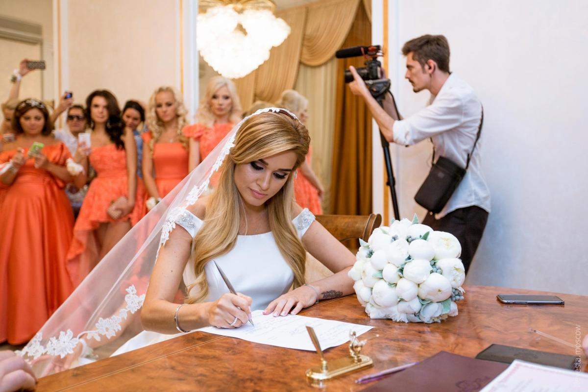 Ксения Бородина снова примерила свадебное платье, в котором выходила замуж