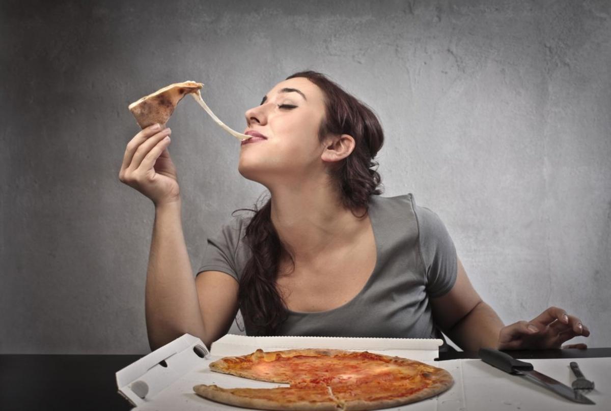 Похудение без отказа от любимых вредных блюд: диетолог назвал необычным подход