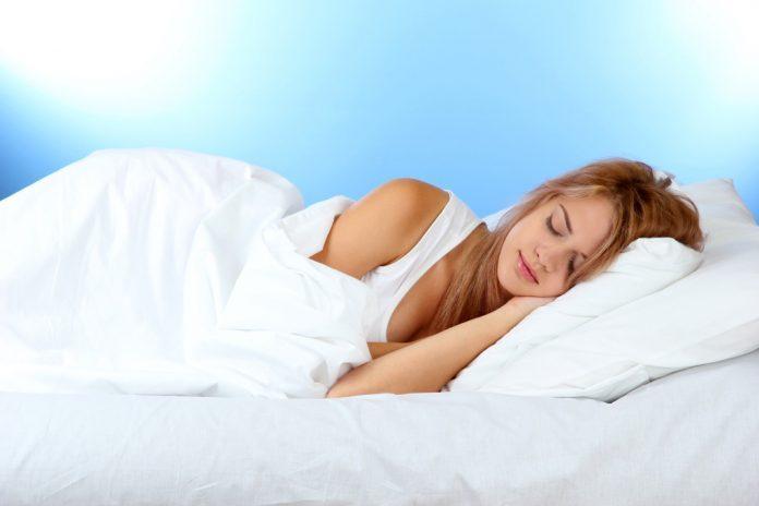Спи и худей: как сбросить вес без физических упражнений и диет, рассказали специалисты