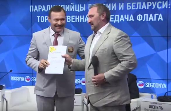 Вручение сертификата на квартиру Фомочкину