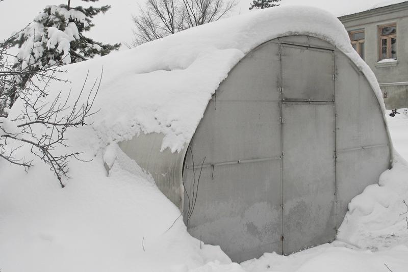 надо ли бросать снег в теплицу зимой