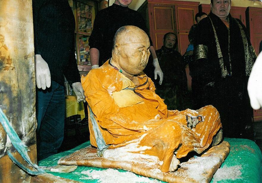 Мумия Хамбо Ламы Этигэлова передвигается по храму