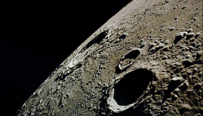 Уфологи обнаружили на Луне поразительную находку, похожую на вход в секретную базу инопланетян