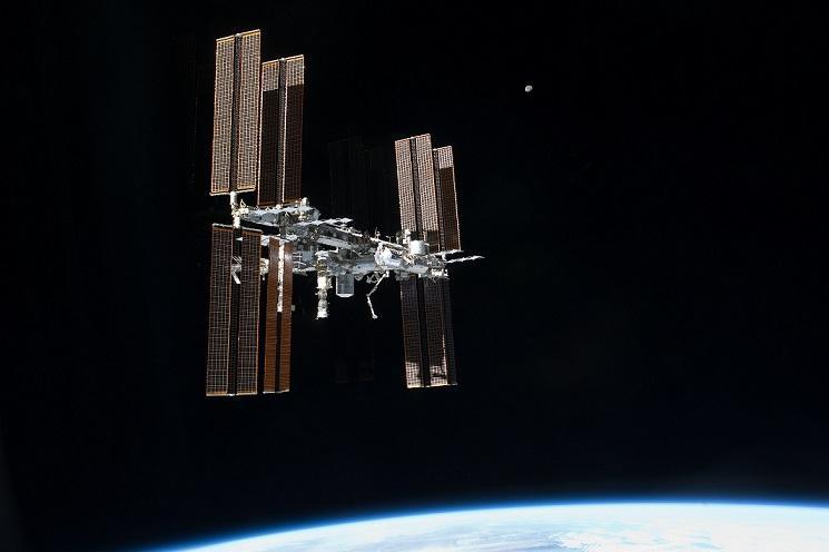 Большой НЛО во время прямой трансляции попал в объектив камеры МКС
