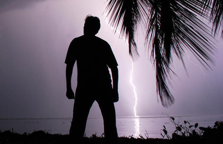 Яркие НЛО исполнили загадочный танец в вечернем небе над Малибу