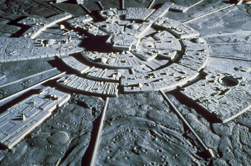 Видео с секретной колонией инопланетян на Луне появилось в Сети